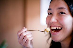 食事をする日本人女性の写真素材 [FYI04040712]