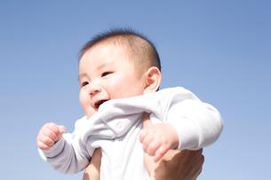 青空と赤ちゃんの写真素材 [FYI04040725]