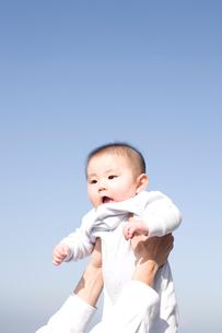 青空と赤ちゃんの写真素材 [FYI04040726]