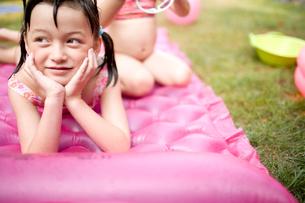 ビニールマットに寝転ぶ女の子の写真素材 [FYI04040747]