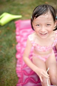 ビニールマットに座る女の子の写真素材 [FYI04040748]
