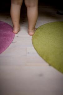子供の足とマットの写真素材 [FYI04040750]