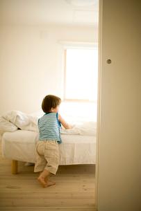 ベッドルームの男の子の写真素材 [FYI04040768]