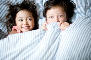 ベッドでくつろぐ女の子達の写真素材 [FYI04040769]