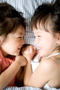 ベッドでくつろぐ女の子達の写真素材 [FYI04040770]