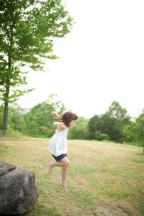 ジャンプする女の子の写真素材 [FYI04040776]