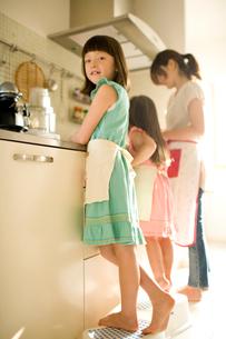 キッチンに立つ家族の写真素材 [FYI04040788]