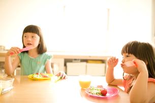 ごはんを食べる女の子達の写真素材 [FYI04040806]