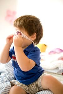 サングラスをかける男の子の写真素材 [FYI04040816]