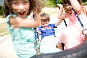 遊具で遊ぶ子供達の写真素材 [FYI04040836]