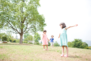 芝生の上の子供達の写真素材 [FYI04040854]