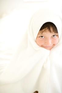 バスタオルにくるまれた女の子の写真素材 [FYI04040860]