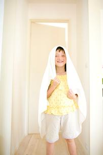 バスタオルを頭にかけた女の子の写真素材 [FYI04040861]