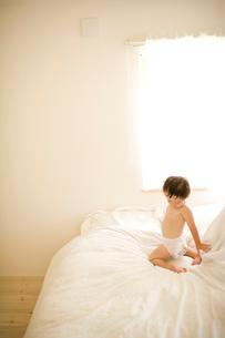 ベッドの上の男の子の写真素材 [FYI04040862]