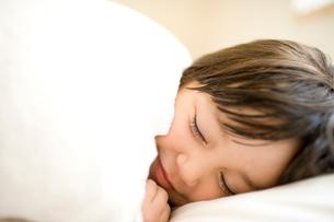 眠る女の子の写真素材 [FYI04040864]