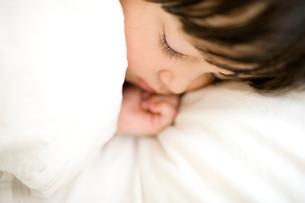 眠る女の子の写真素材 [FYI04040866]