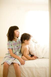 ベッドの上の子供達の写真素材 [FYI04040868]