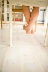 椅子に座った子供の足の写真素材 [FYI04040869]