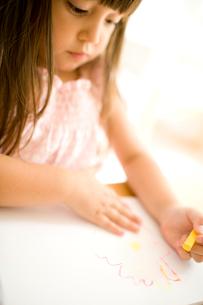 お絵かきをする女の子の写真素材 [FYI04040877]