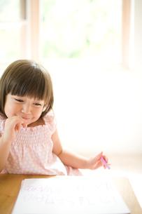 お絵かきをする女の子の写真素材 [FYI04040878]