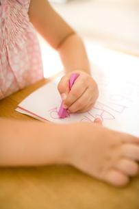 お絵かきをする女の子の手元の写真素材 [FYI04040880]