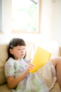 絵本を読む女の子の写真素材 [FYI04040886]