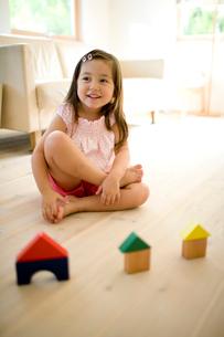 積み木で遊ぶ女の子の写真素材 [FYI04040887]