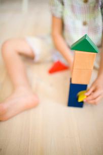 積み木で遊ぶ女の子の写真素材 [FYI04040890]