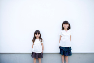 壁際の女の子達の写真素材 [FYI04040893]