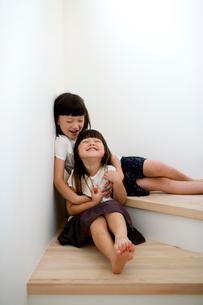 階段でくつろぐ女の子達の写真素材 [FYI04040903]