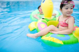 プールで遊ぶ子供達の写真素材 [FYI04040910]