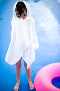 プールでバスタオルにくるまれる女の子の写真素材 [FYI04040932]