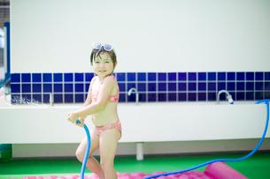 ホースで水をかける女の子の写真素材 [FYI04040937]