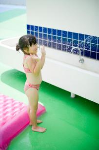 水を浴びる女の子の写真素材 [FYI04040940]