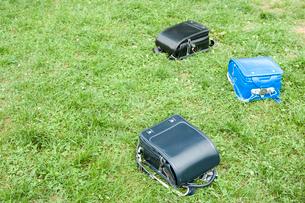 草の上に置かれたランドセルの写真素材 [FYI04040974]