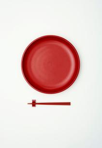 赤い和皿の写真素材 [FYI04041004]