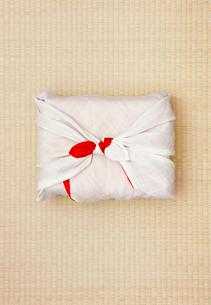 畳の上の風呂敷包みの写真素材 [FYI04041009]
