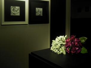 室内に飾られた花束の写真素材 [FYI04041069]