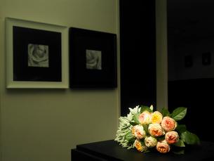 室内に飾られた花束の写真素材 [FYI04041070]