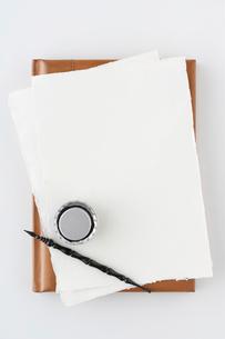 白紙の紙とインクとペンの写真素材 [FYI04041103]