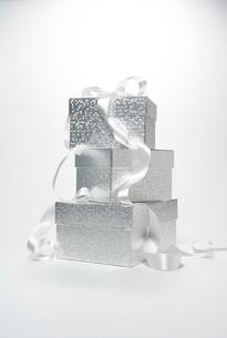 リボンをかけたギフトボックスの写真素材 [FYI04041108]