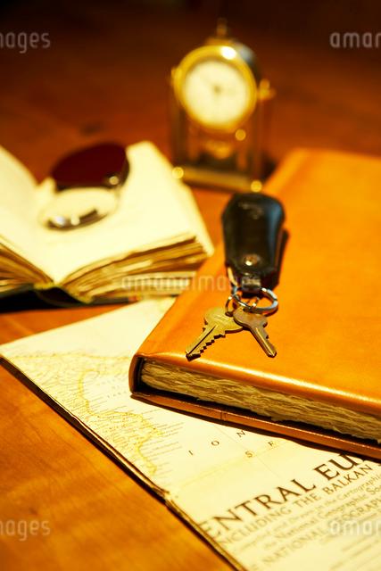 地図と手帳とキーケースと本と時計の写真素材 [FYI04041109]