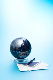 地球儀と便箋とペンの写真素材 [FYI04041111]