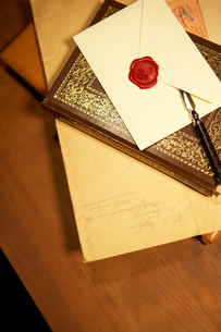 アンティークの本と便箋の写真素材 [FYI04041114]