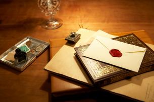 アンティークの本と便箋の写真素材 [FYI04041116]