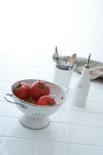 トマトとキッチンツールの写真素材 [FYI04041131]