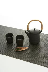 急須と湯のみと茶葉の写真素材 [FYI04041137]