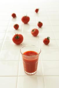 トマトとトマトジュースの写真素材 [FYI04041139]