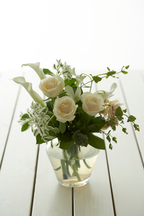 花瓶に活けられた花の写真素材 [FYI04041142]