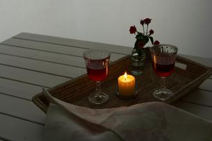 ワイングラスとキャンドルと花の写真素材 [FYI04041145]